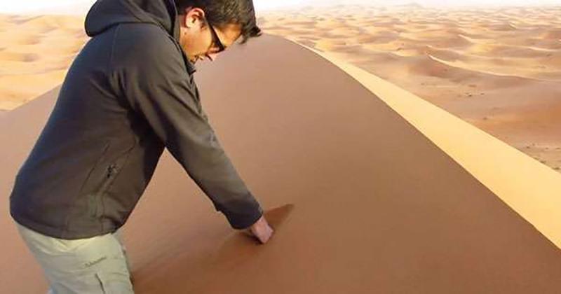 男子示範撒哈拉沙漠徒手挖沙 秒出現沙中魔幻世界